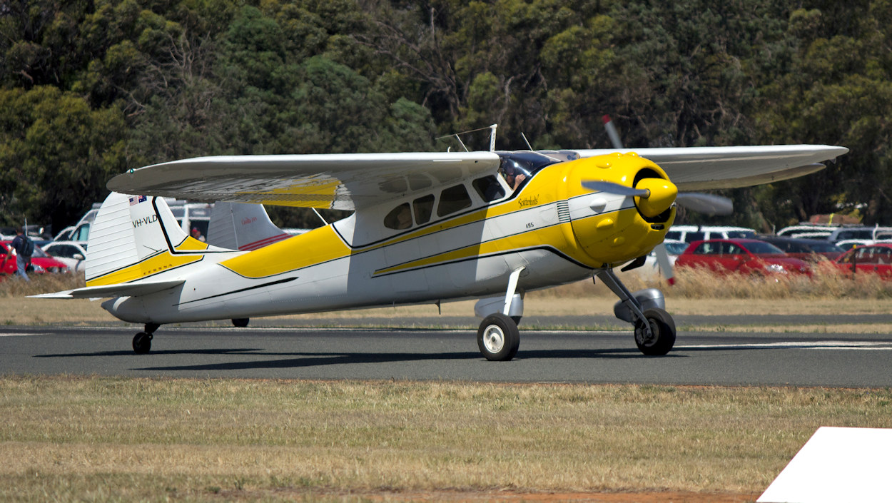 data/extra_images/2016/Cessna_195_-_1.jpg
