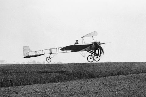 data/extra_images/2016/Louis_Bleriot_in_flight.jpg